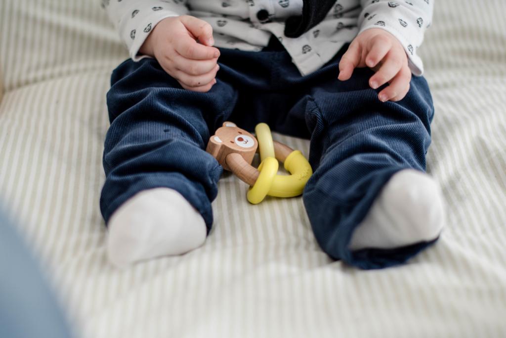 L'évolution de la motricité manuelle  chez l'enfant âgé de 0 à 2 ans