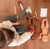 Tout va bien pour bébé !  Après une auscultation 🩺 des plus complètes grâce à sa jolie panoplie, notre Dr Guéritou 👩⚕️ est satifsaite : bébé👶 est en bonne forme !  📷@clauaudesse   #janod #jeux #jouets #jouetenbois #imiter #partager #echanger #jouer #grandir