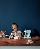 Tous en Cuisine !  Et c'est Marlo qui officie avec notre Set du Petit Pâtissier 👨🍳, sous haute surveillance 🐱 Toute la famille a hâte de déguster !   📷@minireyve   #janod #jeux #jouets #jouetenbois #imiter #partager #fun #petitpatissier