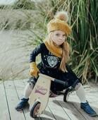 Balade Chic 🚲  Cette jolie princesse adore emprunter le porteur de son petit frère !  Après tout, tant qu'on partage et qu'on rit :)  📷@jo_capthur   #janod #jeux #jouets #jouetenbois #imiter #partager #echanger #jouer #grandir
