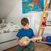 🪕 Apprenti Musicien 🪕  Avec son Banjo Pure, notre musicien en herbe composera de tendres mélodies 🎶 pour son entourage. Il pourra également l'accorder comme un grand grâce aux clés en forme d'oiseau !  Une musique particulière vous ferait-elle plaisir ?   📸 @dominikabrojewska   #janod #jeux #jouets #jouetsenbois #imiter #partager #echanger #jouer #grandir #bienveillance #banjo #musique ##eveilmusical