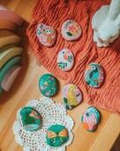 🎨 Connaissez-vous la décoration sur galets ? 🖌️  Nous vous proposons une jolie activité créative, qui vous permettra de peindre et customiser à l'aide de transferts 7 galets, que vous déposerez où bon vous semble !  A partir de 6 ans, les enfants (et les parents qui le souhaitent 😉) pourront personnaliser les galets avec de beaux animaux et de douces illustrations.  Dans certaines régions, il existe même des partages et cachettes pour faire voyager ces galets !  📸 @sawphyy   #janod #jeux #jouets #jouetsenbois #imiter #partager #echanger #jouer #grandir #bienveillance #confiancenesoi #explorer #grandirparlejeu #éveilparlejeu #grandirenjouant #pouvoirdujeu #fairegrandir #superpouvoirdesjeux #kitcréatif #activitécréative #diyenfant